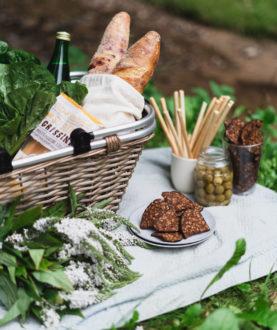 Kepintos duonos riekelės su saulėgrąžomis ir česnaku