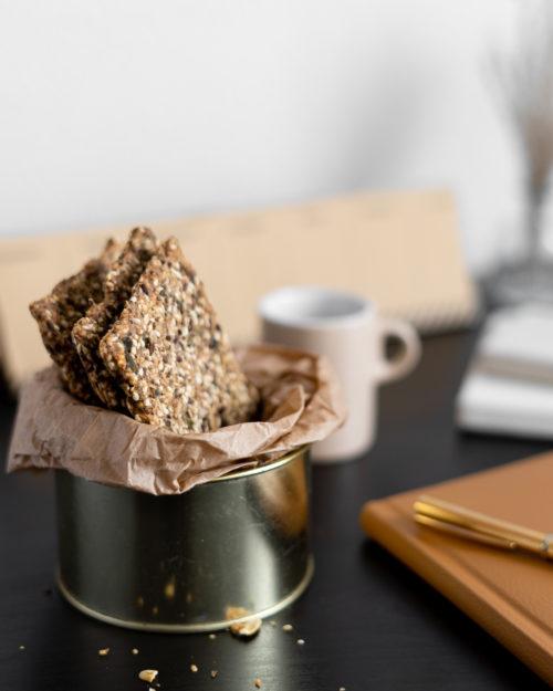 Traškūs duoniukai su sėklomis ir žolelėmis